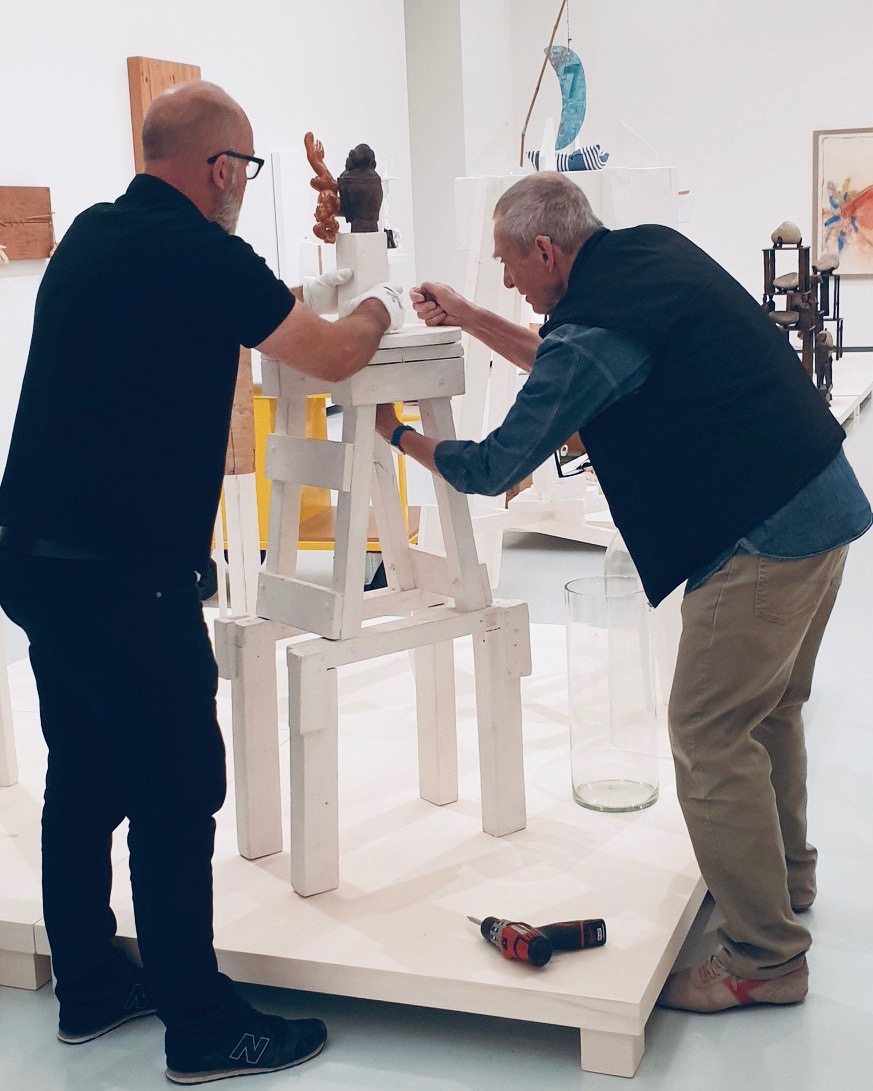 Niels en Mark during the installation of an artwork